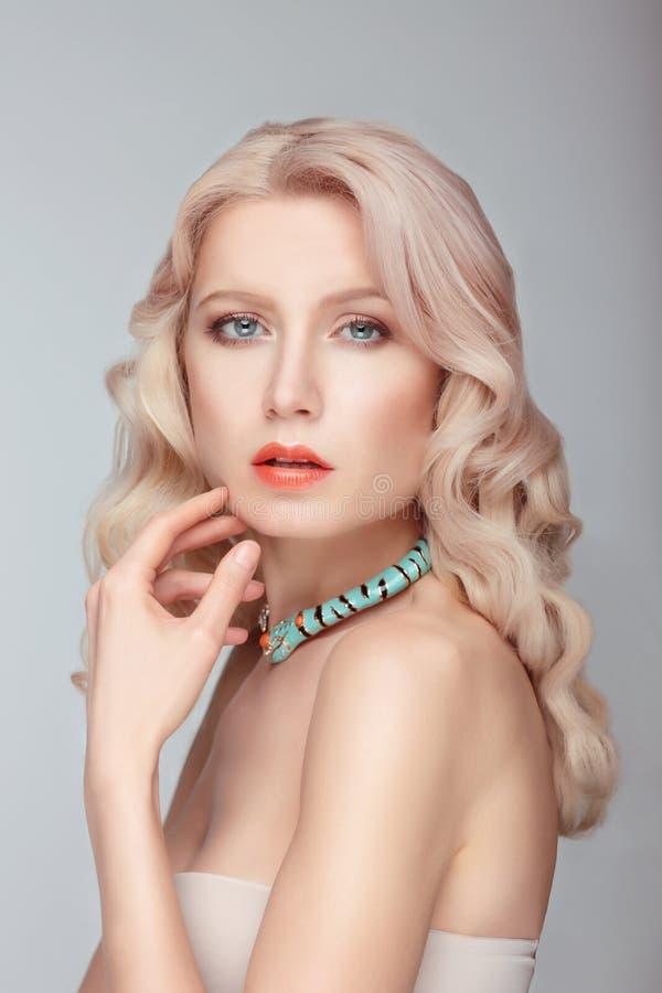 有蓝眼睛的可爱的白肤金发的夫人 库存照片