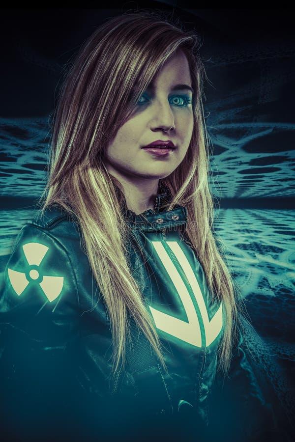有蓝眼睛的女孩,幻想场面,未来战士 免版税图库摄影