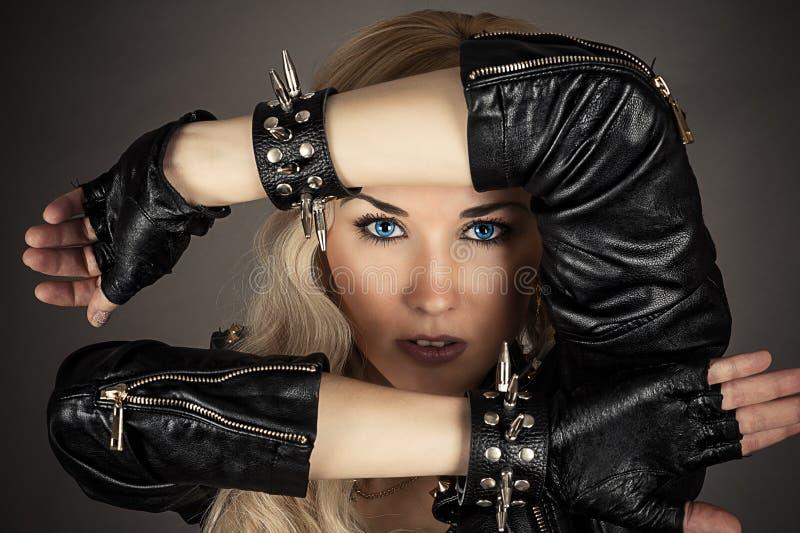 有蓝眼睛的妇女在皮夹克 免版税库存图片