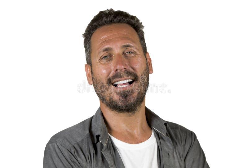 有蓝眼睛的年轻愉快和英俊的40s在摆在凉快态度微笑的偶然衬衣的人和胡子快乐和确信 免版税库存图片