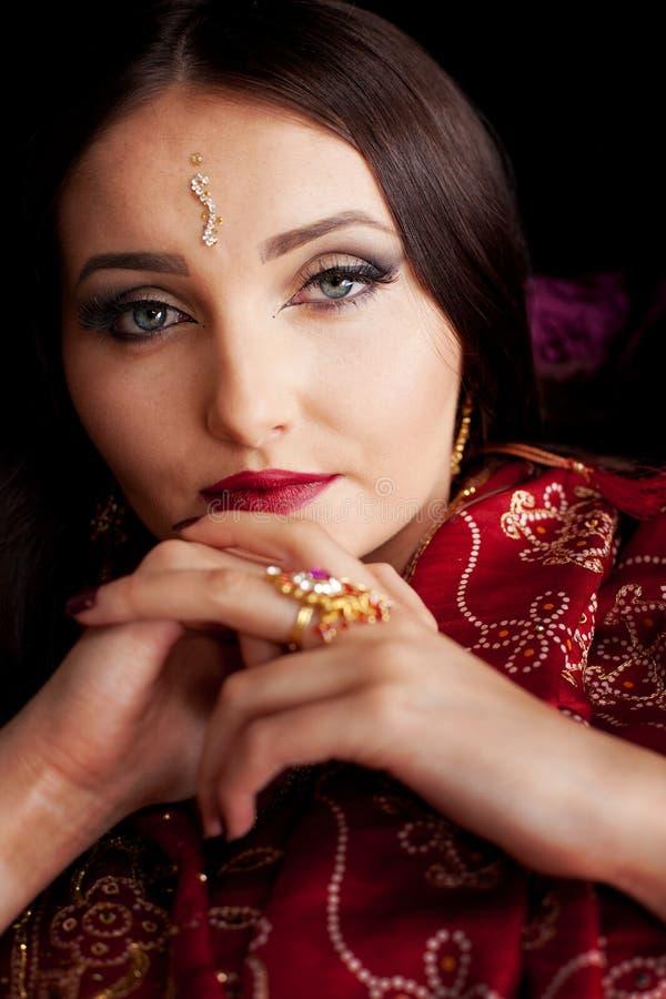 有蓝眼睛的美丽的印地安妇女 库存图片