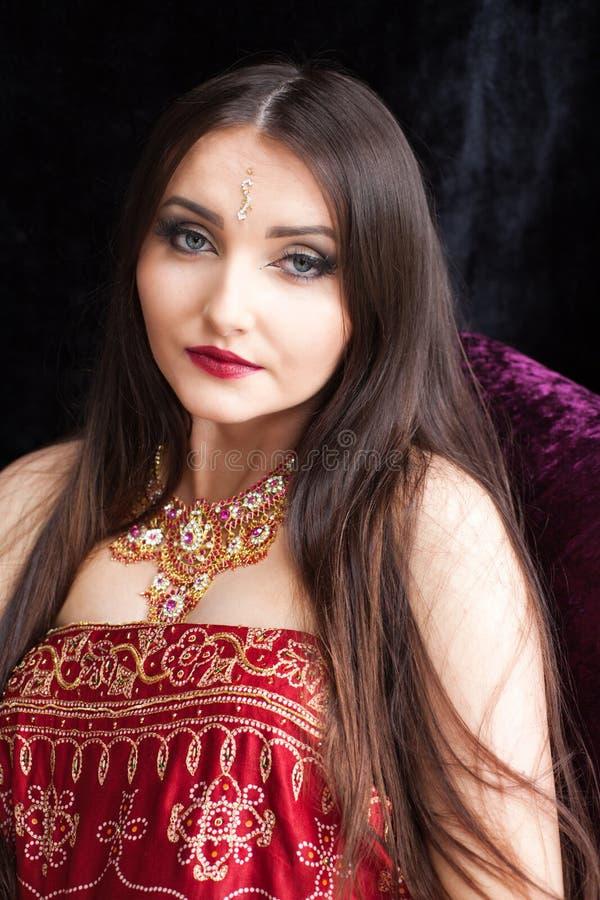 有蓝眼睛的美丽的印地安妇女 库存照片