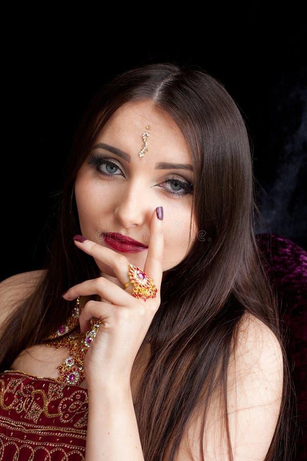 有蓝眼睛的美丽的印地安妇女 免版税库存照片