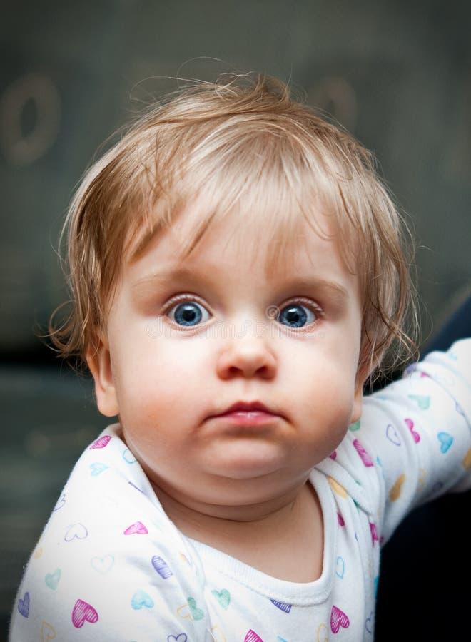 有蓝眼睛的逗人喜爱的婴孩 免版税库存照片
