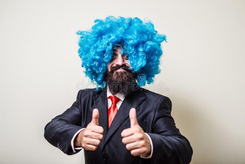 有蓝色假发的疯狂的滑稽的有胡子的人 库存照片