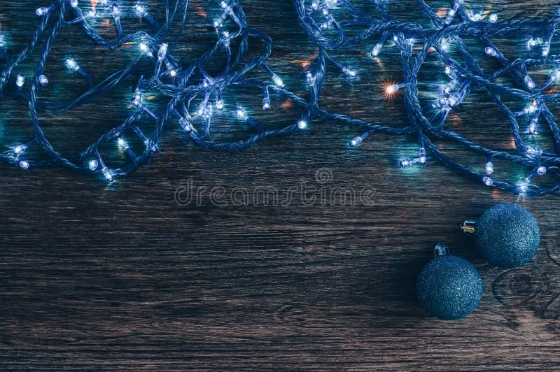 有蓝色光和圣诞节球的诗歌选在老木背景 欢乐的背景 库存照片
