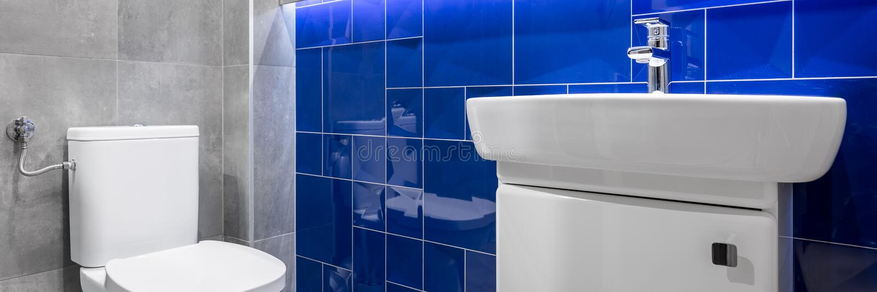 有蓝色光滑的瓦片的卫生间 库存照片