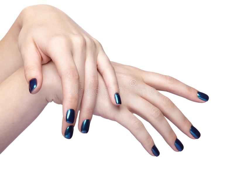 有蓝色发光的钉子修指甲的女性手 免版税库存照片