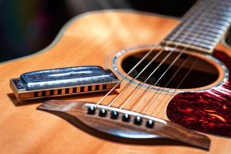 有蓝色口琴国家的声学吉他 免版税库存照片