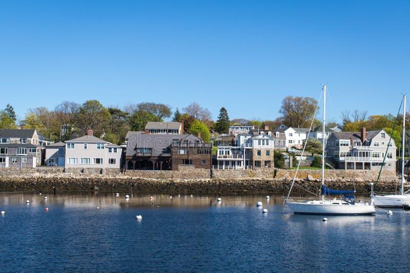 有蓝色和干净的天空的Rockport港口 免版税库存图片