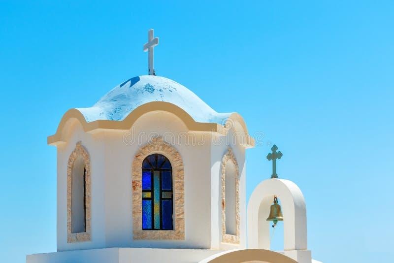 有蓝色圆顶的小希腊教会 免版税库存照片