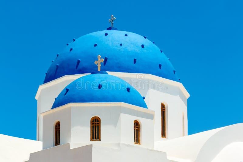 有蓝色圆顶的希腊教会在圣托里尼 图库摄影