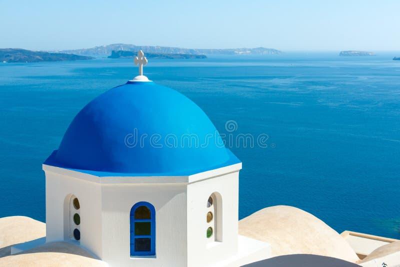 有蓝色圆顶的希腊教会在Oia,圣托里尼 免版税库存图片