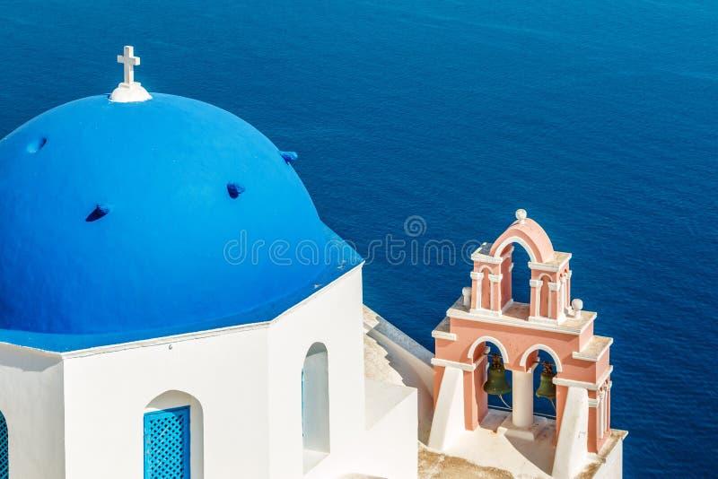 有蓝色圆顶的希腊教会在Oia,圣托里尼 免版税库存照片