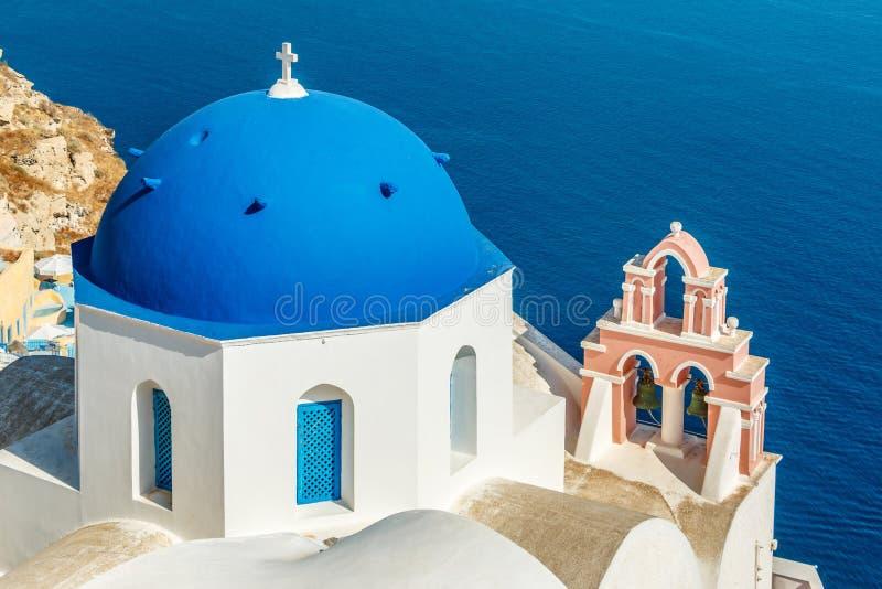 有蓝色圆顶的希腊教会在Oia,圣托里尼 库存照片