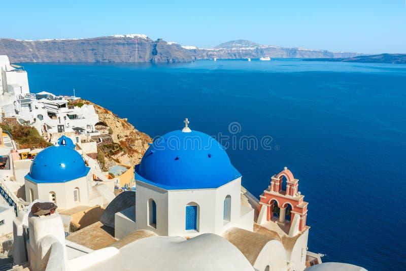 有蓝色圆顶的希腊教会在Oia,圣托里尼 图库摄影