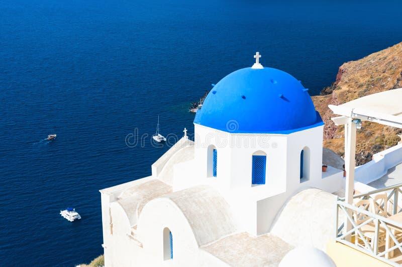 有蓝色圆顶的教会,圣托里尼海岛,希腊 免版税库存照片