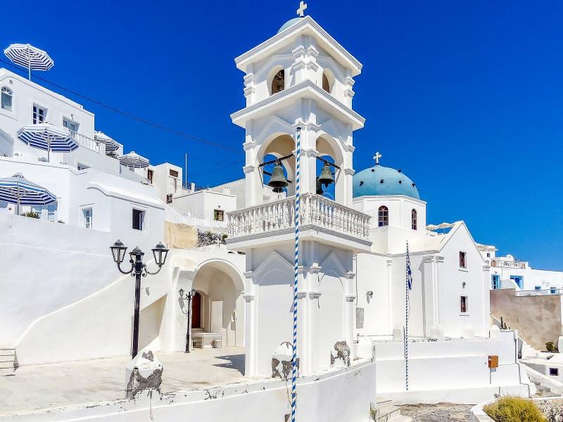 有蓝色圆顶的白色教会在Imerofigli圣托里尼希腊 库存照片