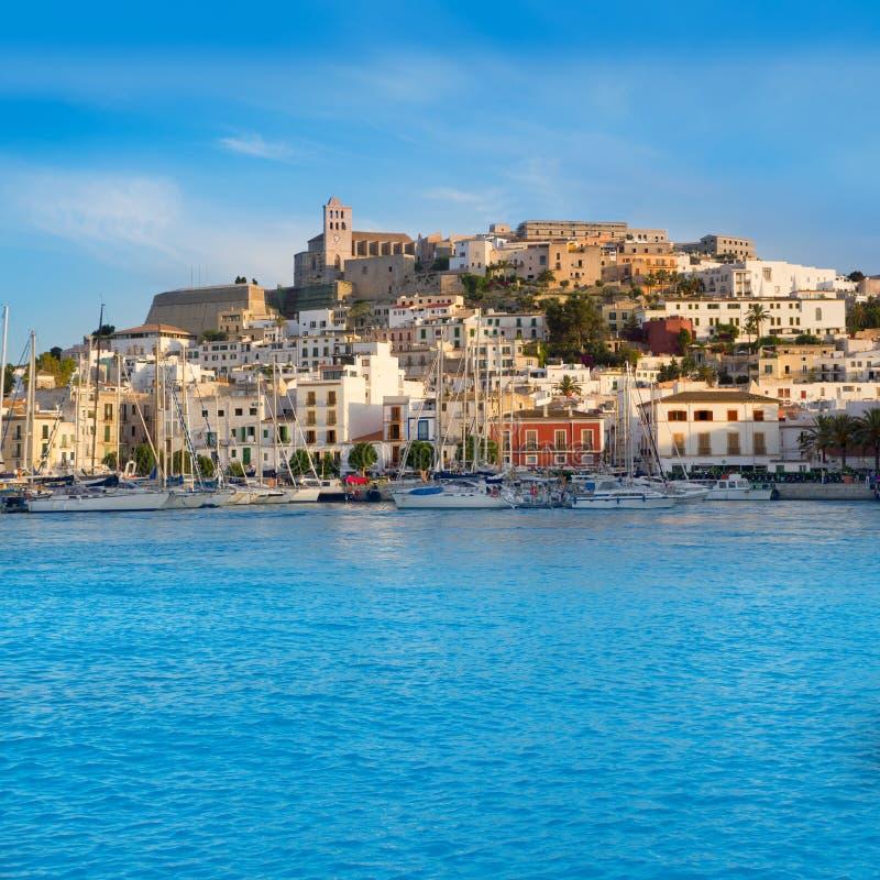 有蓝色地中海的Ibiza Eivissa城镇 图库摄影