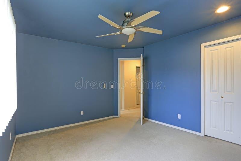 有蓝色天花板的空的室和蓝色墙壁绘颜色 图库摄影
