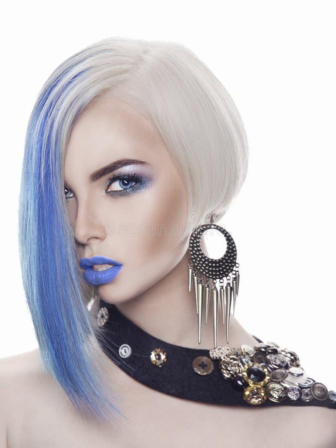 有蓝色头发的美丽的白肤金发的妇女 免版税库存照片