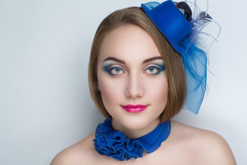 有蓝色帽子的妇女 免版税库存图片