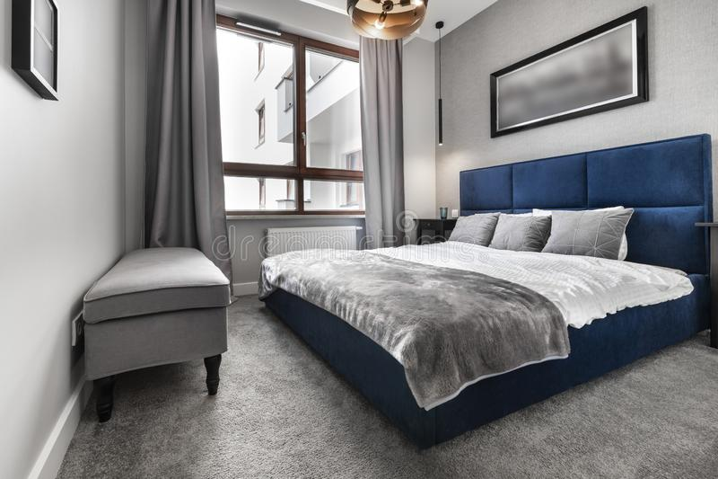 有蓝色床的现代卧室 免版税库存图片