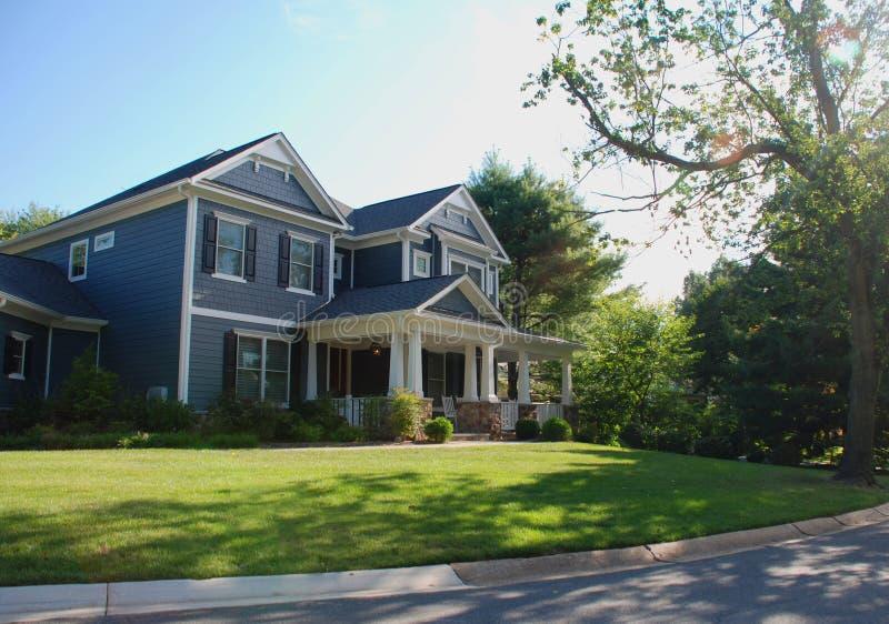 有蓝色房屋板壁和白色专栏的豪华家 免版税库存图片