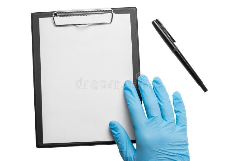 有蓝色手套的纸的手和夹子在白色背景 孤立 库存照片