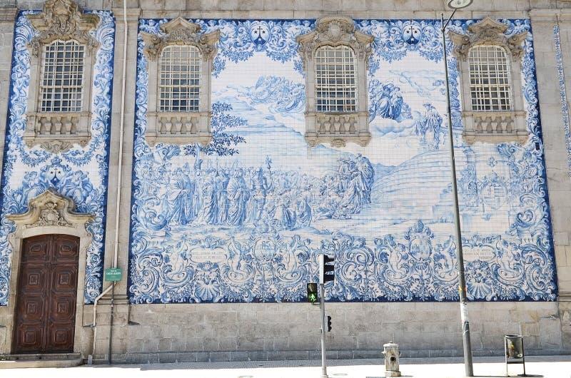 有蓝色手画给锡上釉的瓦片的传统历史的门面教会在praca dos leoes在波尔图,葡萄牙摆正 库存照片