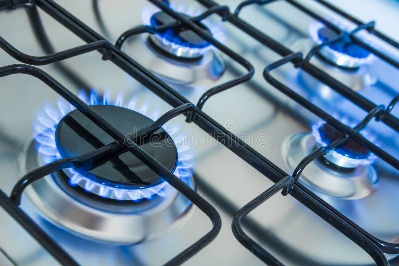有蓝色气体火焰的烹饪器材 免版税库存照片