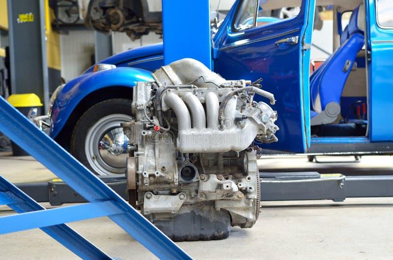 Download 有蓝色汽车的发动机在背景中 库存图片. 图片 包括有 驱动器, 详细资料, 对象, 速度, 引擎, 重婚 - 30328083