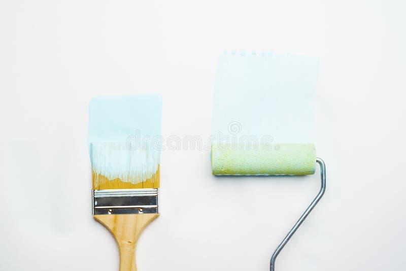 有蓝色油漆的刷子照片和路辗 库存照片