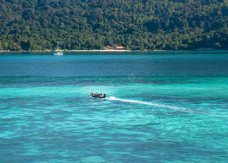 有蓝色海的小船 库存照片