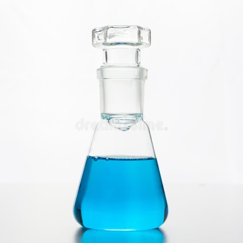 有蓝色液体的化学烧瓶科学研究和实验的 图库摄影