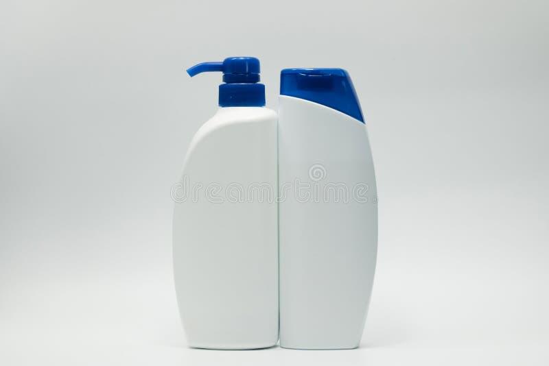 有蓝色焰晕的香波和调节剂瓶 库存照片
