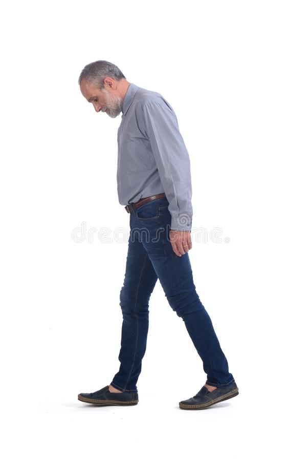 有蓝色牛仔裤和衬衣的中年人在白色 图库摄影