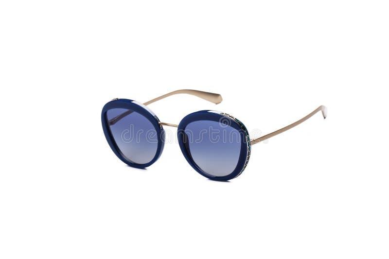 有蓝色玻璃的太阳镜在被隔绝的白色背景 免版税库存图片