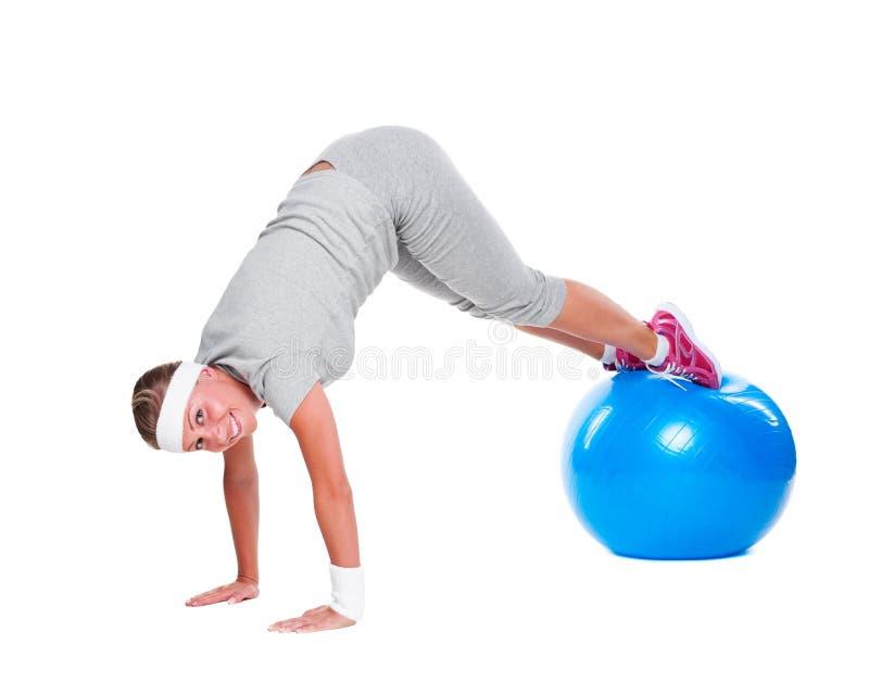 有蓝色球的有效的女运动员 库存照片