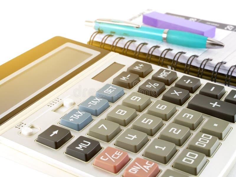 有蓝色笔、紫色稠粘的笔记和日志计划者的计算器 库存照片
