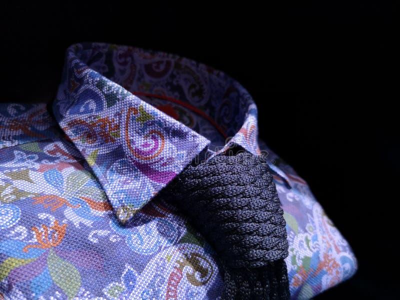 有蓝色编织领带的人的给黑暗装袖子的花卉衬衣 库存图片