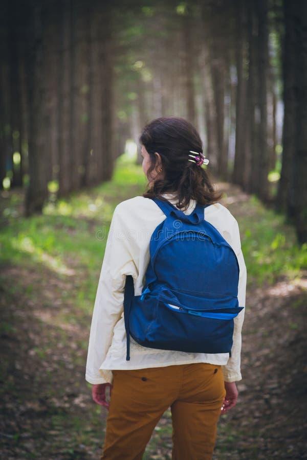 有蓝色背包的女性游人 免版税库存照片