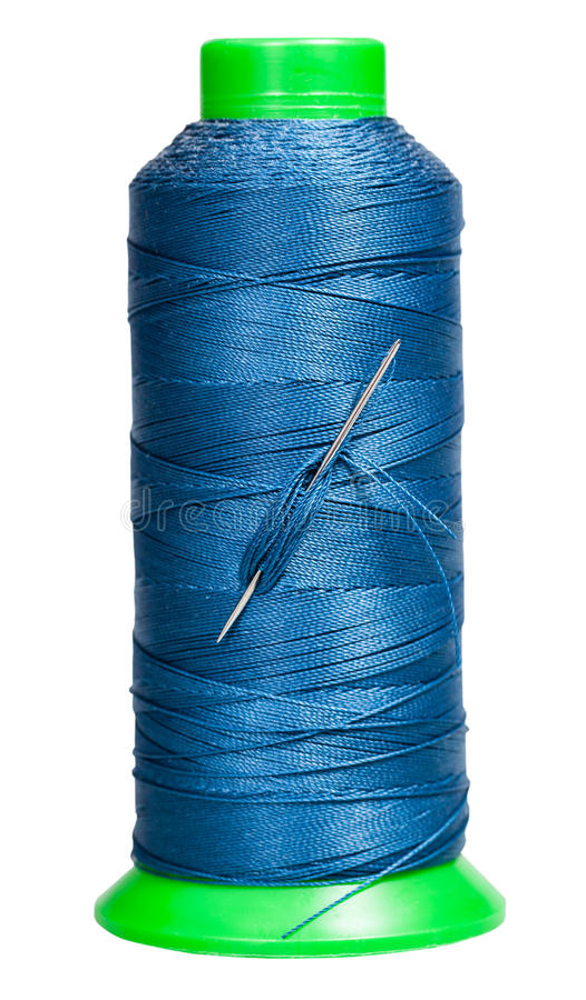 有蓝色螺纹和附加的针的缝合的短管轴 免版税库存图片