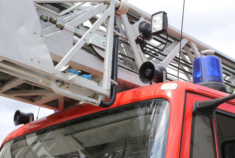 有蓝色警报器的红火卡车 免版税库存图片