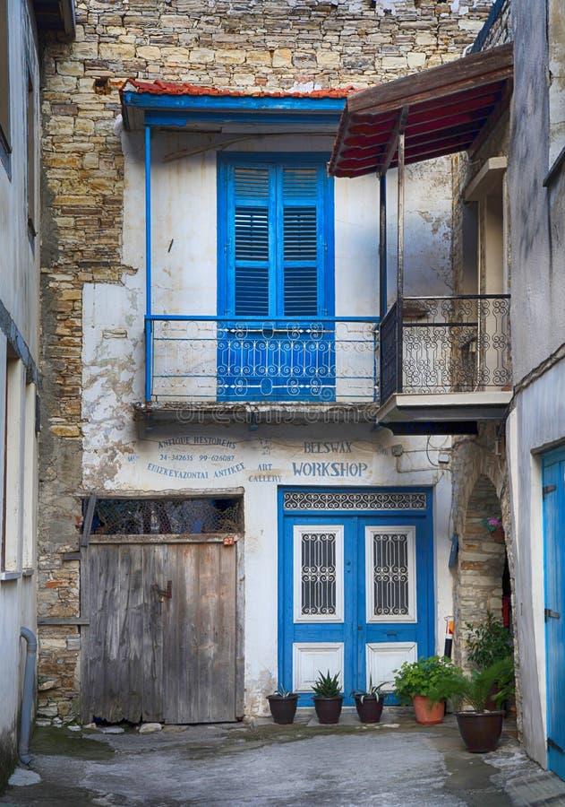 有蓝色门的老被放弃的房子和窗口在村庄Lefkara 免版税库存图片