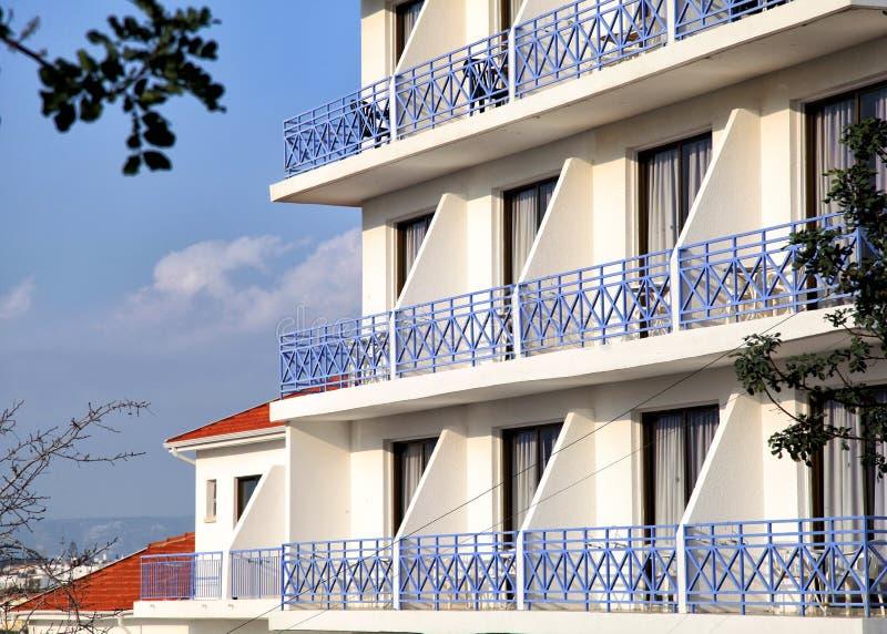 有蓝色阳台的旅馆 免版税图库摄影