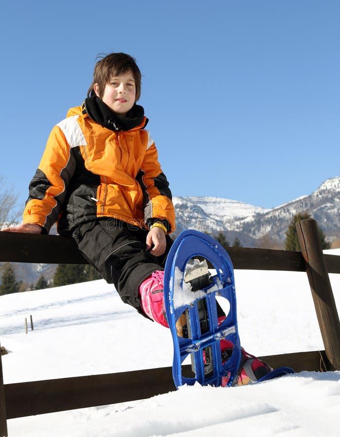 有蓝色雪靴的孩子 免版税库存照片