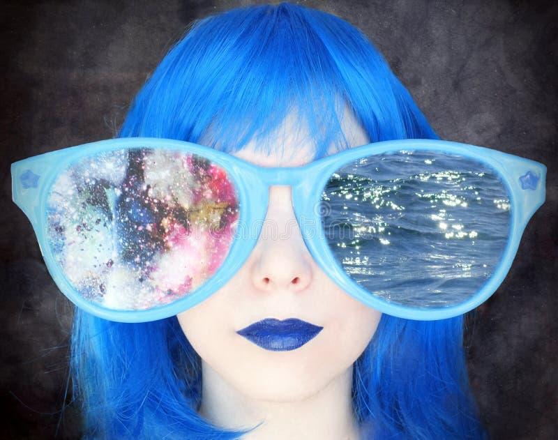 有蓝色头发的女孩在巨大的镜片 免版税图库摄影