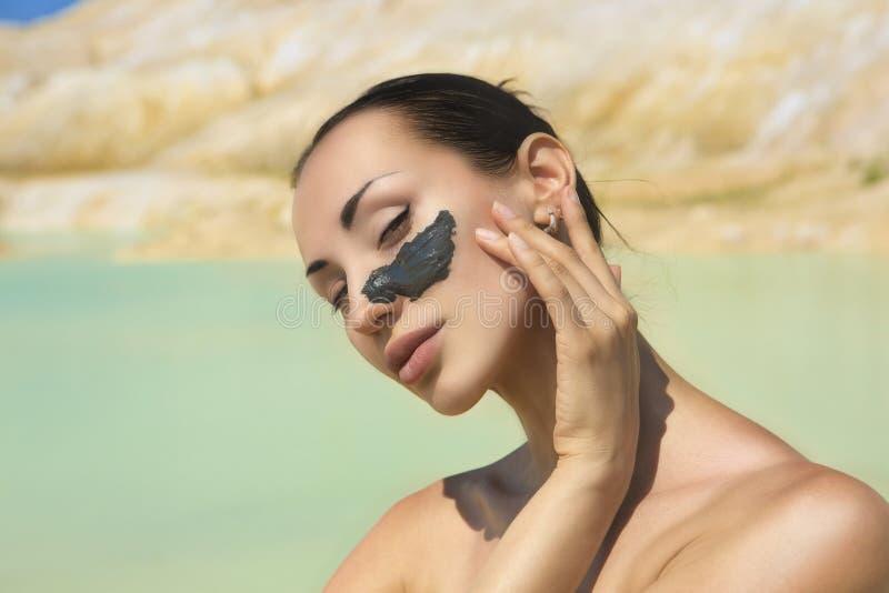 有蓝色黏土脸面护理面具的妇女 秀丽和健康 温泉胜过 免版税库存照片