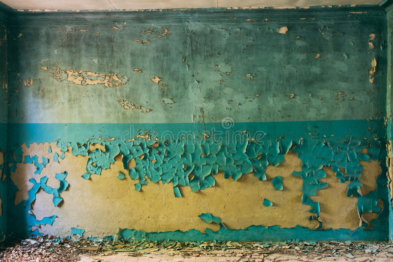 有蓝色破裂和削皮表面的墙壁和布朗或者黄色 免版税库存图片